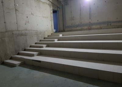 Vetítőterem lépcsős álpadlója